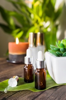 Wesentliches aromaöl auf grünem blatt über der tabelle