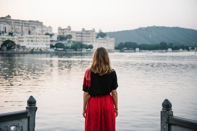 Westliche frau, die einen blick auf taj lake in udaipur genießt