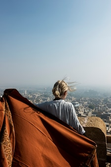 Westliche frau, die jaisalmer-fort, rajasthan, indien erforscht