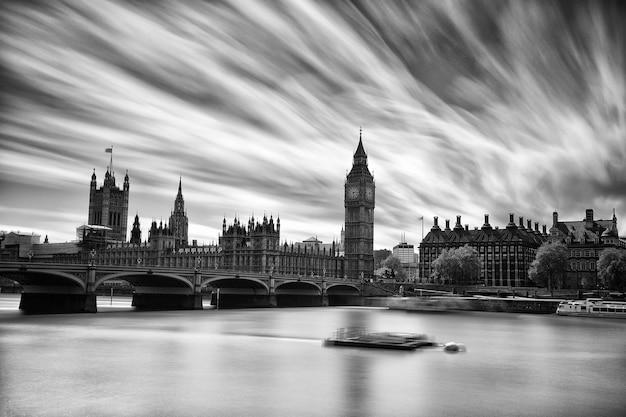 Westminster abbey und big ben über der themse in london in schwarz und weiß