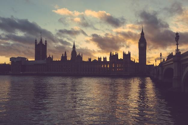 Westminster palace und big ben in london bei sonnenuntergang