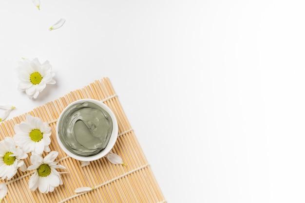 Wet blue cosmetic clay für gesichtspflegemaske auf bambusmatte