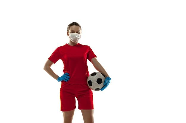 Wettbewerb. fußballspielerin in schutzmaske und handschuhen.