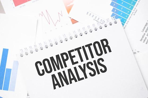 Wettbewerbsanalyse text auf papier auf der kartenoberfläche mit stift