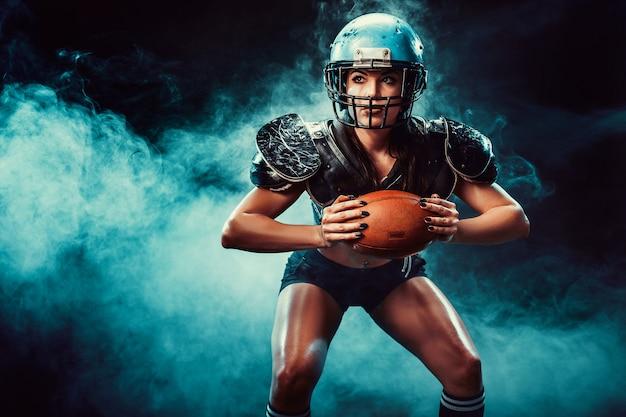 Wettbewerbsfähige frau mit rugbyball