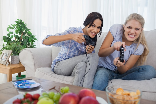 Wettbewerbsfähige freunde, die videospiele spielen und spaß haben