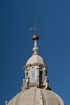 Wetterfahne oder windfahne und kuppellaterne auf der spitze eines turms der kathedrale santiago de compostela