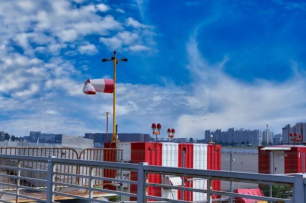 Wetterstation des wetterdienstes vor blauem himmel