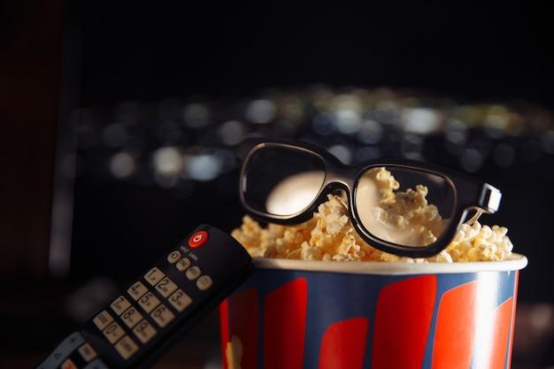 Whatching 3d-film zu hause mit freunden konzept.