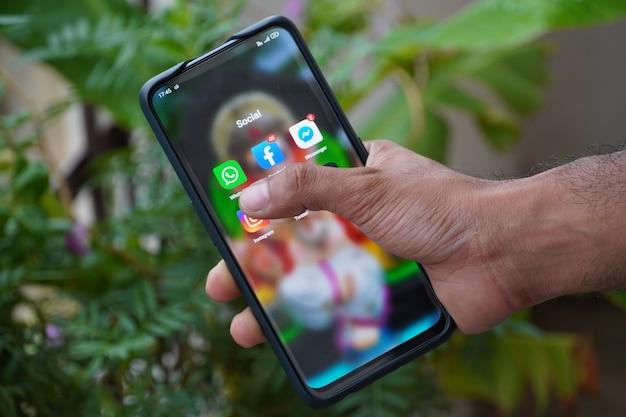 Whats app klick auf telefon social media icons im telefon