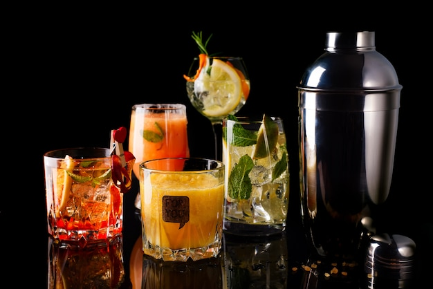 Whiskey-cola-cocktail, mojito-cocktail, orangen-cocktail, erdbeer-cocktail in glasgläsern