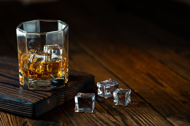 Whiskey im glas mit eis
