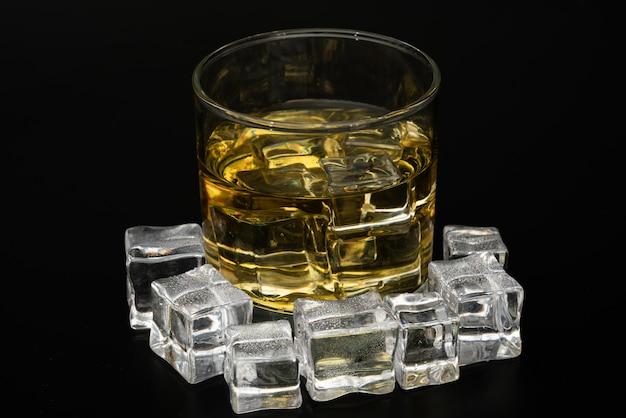 Whiskey in den felsen, glas whiskey mit eiswürfeln