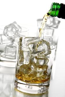 Whiskey ins glas gießen