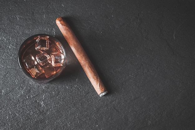 Whiskey mit eis und zigarre. kopieren sie platz