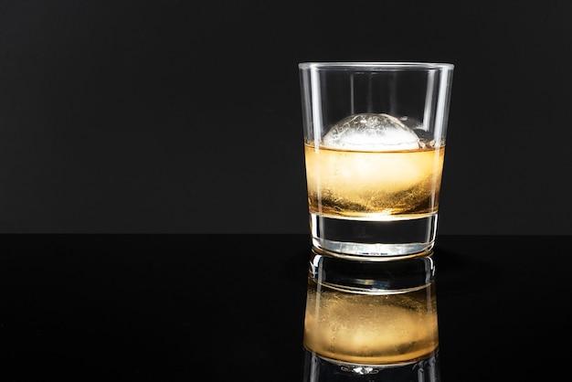 Whiskey mit kugeleis ausgefallener cocktail