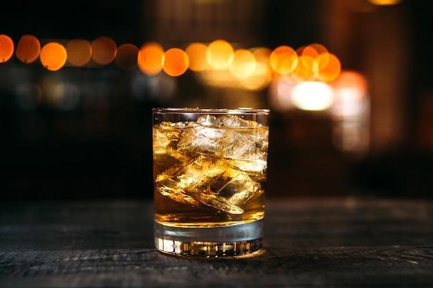 Whisky altmodischer cocktail auf dem barschreibtisch