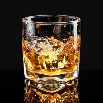 Whisky auf dem schwarzen hintergrund der felsen