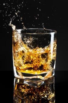 Whisky auf den felsen schwarzer hintergrund