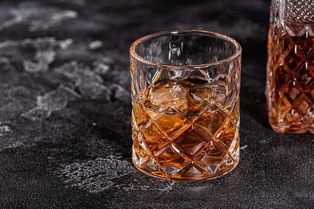Whisky auf einem dunklen hintergrund aus stein.