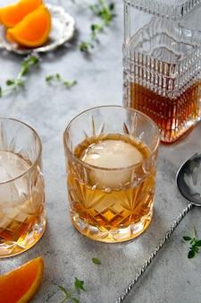 Whisky-, brandy- oder bourbon-alkoholgetränk in kristallgläsern