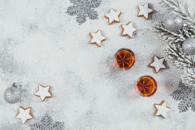 Whisky, brandy oder schnaps, kekse und winterferiendekorationen auf weißem hintergrund