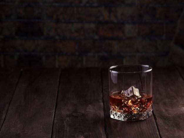 Whisky-drink auf dunklem holztisch