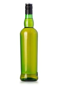 Whisky-flasche isoliert auf weißem hintergrund mit beschneidungspfad