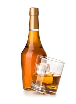 Whisky-flasche mit glas isoliert auf weiss mit beschneidungspfad