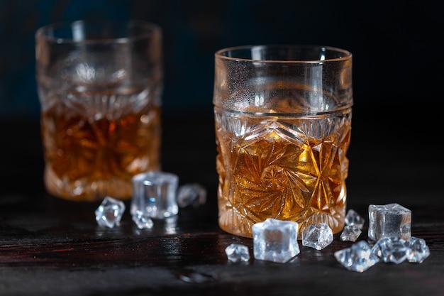 Whisky im glas mit eis