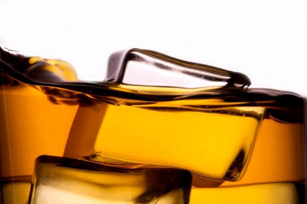 Whisky im glas mit eiswürfel. auf dem berg