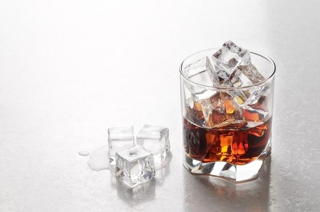Whisky mit eis im glas auf der bartheke