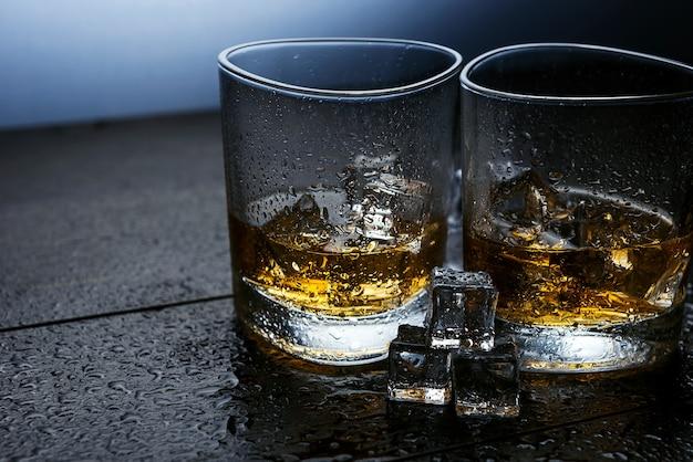 Whisky mit eis in modernen gläsern
