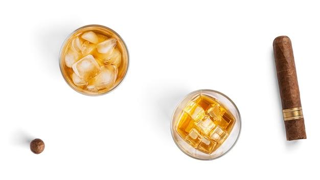 Whisky mit eis und zigarre auf weißem hintergrund