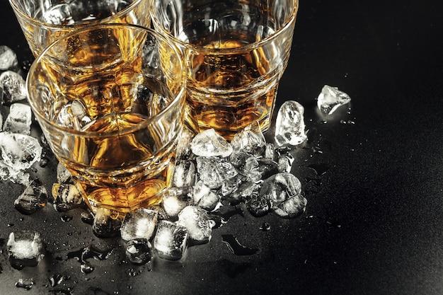 Whisky und eis auf rustikalem holz