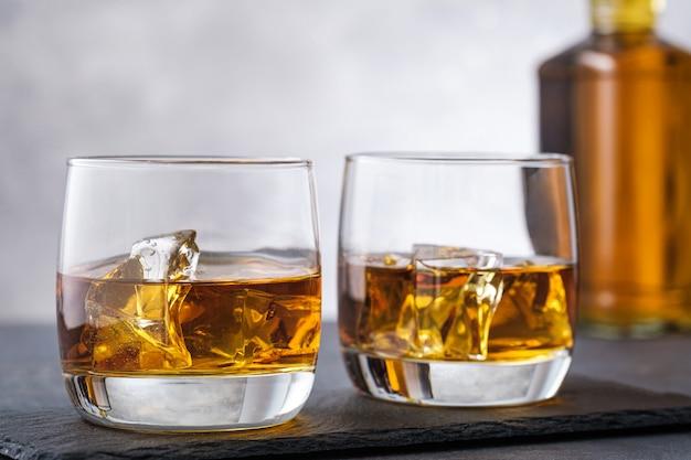 Whisky und eis hintergrundflasche