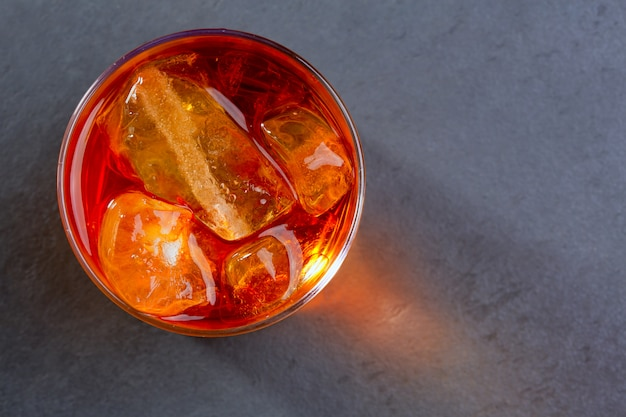 Whisky whisky auf den felsen auf glas