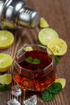 Whisky, whisky mit cola und limette trinkfertig.