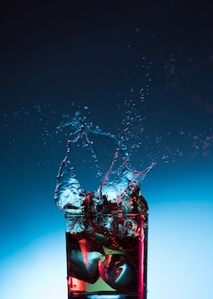 Whiskycocktailalkoholspritzenalkohol im glas