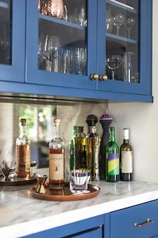 Whiskyflasche auf einer küchenarbeitsplatte