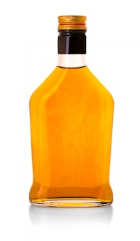 Whiskyflasche getrennt über einem whte hintergrund