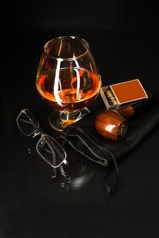 Whiskyglas und pfeife