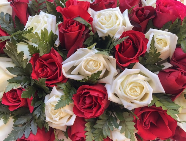 Whit und rote rosen blühen blumenstrauß für dekorationshintergrund.
