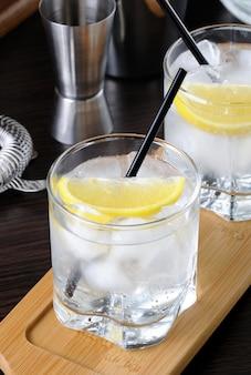 White port and tonic dies ist ein erfrischender sommercocktail mit weißem port