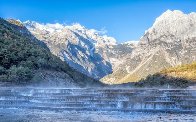 White water river (blue moon valley) ist sauber, rein und heilig für die lokalen naxi.
