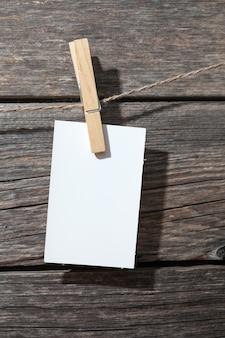 Whitepaper auf pins auf holzhintergrund