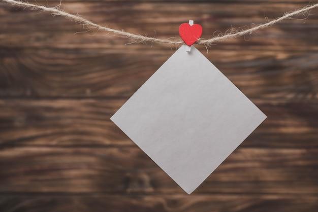 Whitepaper von einem seil mit einem herz mit einem clip hängen