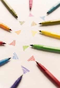 Wi-fi-linien mit verschiedenen markierungen auf weißem papier gezeichnet