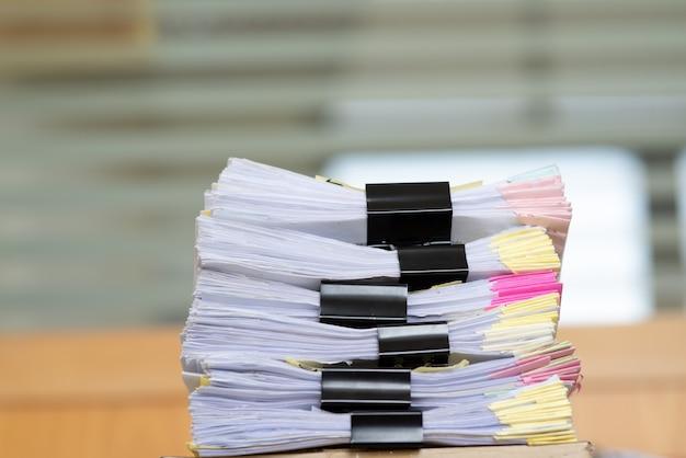 Wichtige dokumente auf einem schreibtisch im büro.