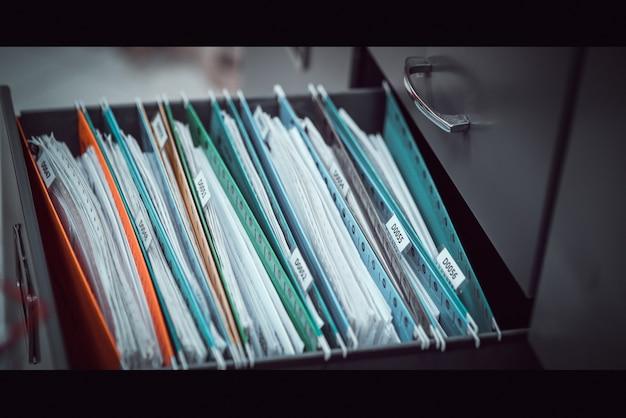 Wichtige dokumente im kabinett aufbewahrt.